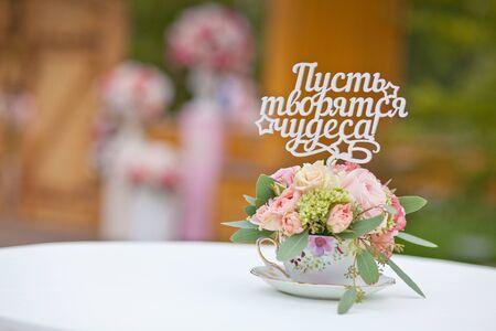 ceremonia wyjścia ślubu z pięknymi delikatnymi kwiatami i romantycznymi dekoracjami