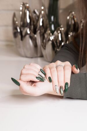 well-groomed nails after green nail Polish and special treatments in a beauty salon 版權商用圖片