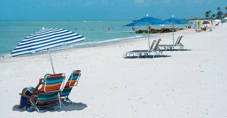 Strandstoelen en parasols op een strand resort in Naples Florida, USA