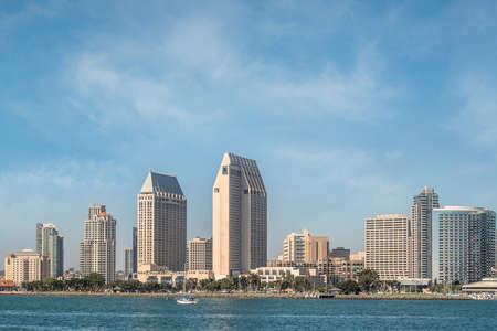 continente americano: El centro de San Diego City Vista de la isla de Coronado con el cielo azul, San Diego, California, EE.UU.
