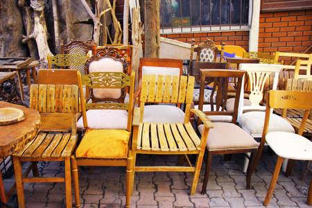 Vintade stoelen in rommelmarkt