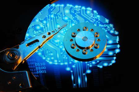Cierre de disco duro de la computadora con efectos futuros azul se refleja en la superficie del disco. papel tapiz de fondo.