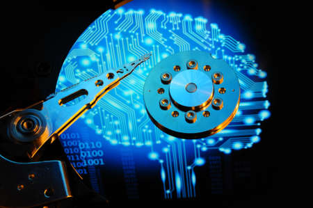 Nahaufnahme von Computer-Festplatte Disc mit blauen künftigen Auswirkungen spiegelt sich auf der Plattenoberfläche. Hintergrundtapete.