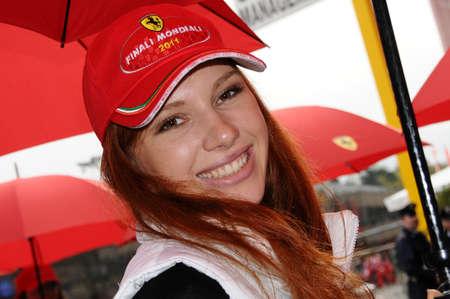 MUGELLO, IT, november 2011: Unidentified Pit Babe poseert voor foto's in de paddock Tijdens de Ferrari World Finals 2011 op Mugello Circuit in Italië Redactioneel