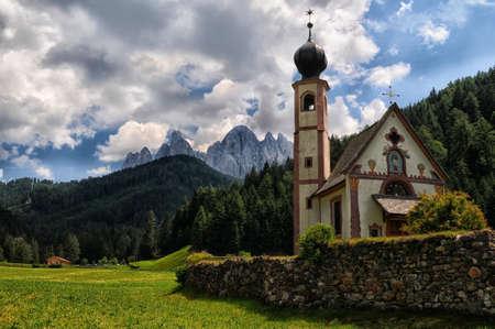 Chiesa di San Giovanni, Santa Maddalena, Val di Funes, Dolomiti, Italia Archivio Fotografico - 78868538