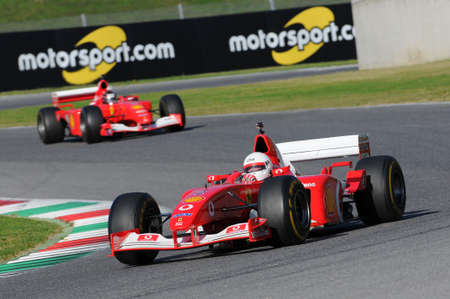 MUGELLO, IT, november, 2015: onbekend rijdt met Ferrari F1 in het mugello circuit in Italië