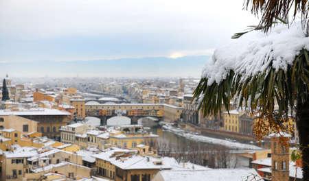雪、イタリア フィレンツェの有名な古い橋。 写真素材