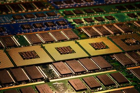 Procesadores de computadora y módulos ram alineados como fondo. Foto de archivo