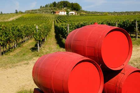 ブドウ畑の中の古いワイン樽。トスカーナ地方のイタリア。
