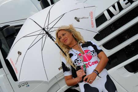 MUGELLO, IT, mei 2014: Unidentified Pit Babe poseert voor de paddock tijdens MotoGP GP van Italië 2014 aan het Mugello-circuit in Italië