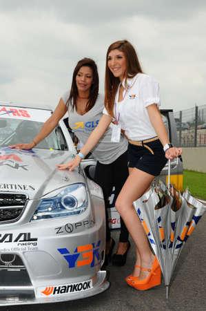 MUGELLO, IT, mei 2012: Mooie onbekende Pit Babes poseert voor de paddock tijdens Superstars Championship op het Mugello Circuit in Italië Redactioneel