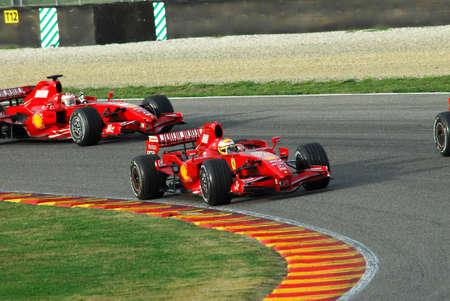 MUGELLO, IT, November 2007: Die offiziellen Fahrer Felipe Massa, Kimi Räikkönen, Luca Badoer und Marc Genè rennen mit dem modernen Ferrari F1 während des Finali Mondiali Ferrari 2007 in die Mugello-Rennstrecke in Italien