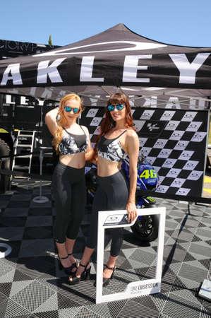 MUGELLO, IT, 3 juni: Unidentified Grid Girls poseert voor foto's in de paddock tijdens MotoGP GP van Italië 2017 op het Mugello Circuit in Italië Redactioneel
