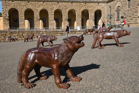 Florence, Italy 19/7/2020: The wolves of Liu Ruowang artwork displayed in Pitti square (Piazza de 'Pitti) in Florence. italy 報道画像
