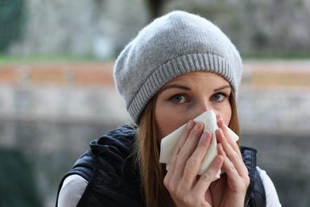 alergenos: mujer que sopla en el tejido