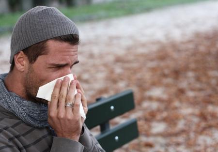 alergenos: hombre de sonarse la nariz