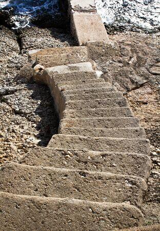 bajando escaleras: Escaleras de piedra Going Down Para Agua