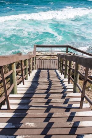 bajando escaleras: Escaleras de madera de bajar a aguas turbulentas