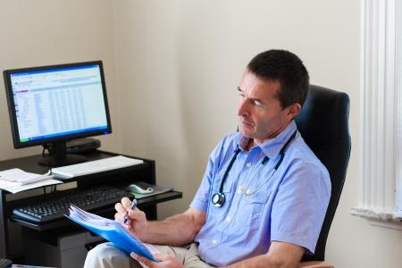 Doctor Schrijven Op Een Document In He's Practice