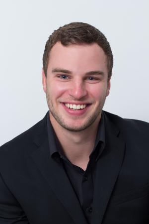 var�n: aplicaci�n de fotograf�a de un hombre joven que est� sonriendo