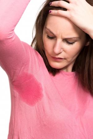 axila: Mujer sudoración muy mal debajo de la axila