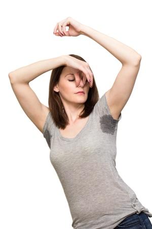armpit: Mujer sudoraci�n muy mal debajo de la axila y la celebraci�n de la nariz