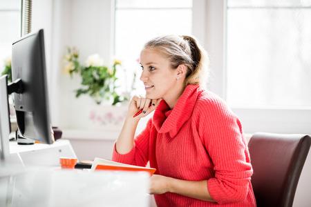 trabajando en casa: Mujer que trabaja en la oficina en casa con el teléfono y el ordenador