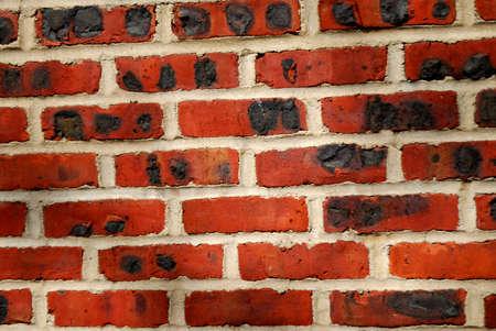 morter: Un vecchio muro di mattoni con interessanti texture e nero scuro marchi.  Archivio Fotografico