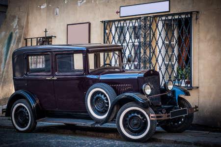 oude vintage auto in de stad achtergrond met lege ruimte op de muur voor een tekst