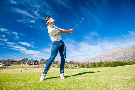 Cierre de imagen de un golfista masculino jugando un tiro en la habitación en un campo de golf en sudáfrica Foto de archivo - 66199348