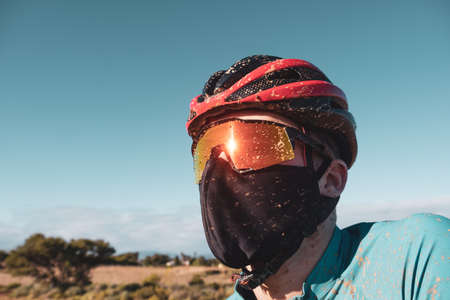 portrait of a dirty mountain biker wearing a face mask in the fight against COVID19 and corona virus Stockfoto