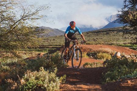 mountain biker riding a single track 免版税图像