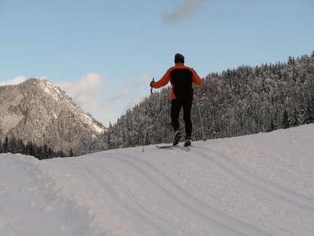 skipiste: Herrliche Winterlandschaft mit einem Cross-Country-Piste mit einer Person Ski
