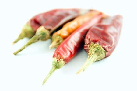 hot temper: El rojo y el amarillo de chile pepper aislados sobre un fondo blanco