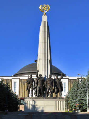 partisan: Monument to countries of anti-Hitler coalition - statue of soldiers of armies of USSR, USA, France, UK. Alley Partisans, July 26, 2014, Victory Park on Poklonnaya hill, Moscow, Russia
