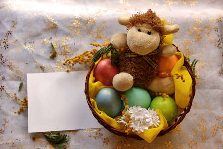pasen schaap: Easter lamb with colored pearly eggs in basket. Shallow depth of field