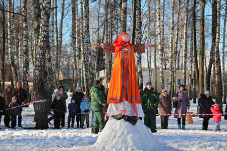 Traditional burning of Maslenitsa Scarecrow on seeing Russian winter on last day of Shrovetide. Viewers awaiting initiation of ignition, March 3, 2016, Tula, Russia 新闻类图片