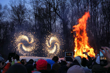 Traditional burning of Maslenitsa Scarecrow on seeing Russian winter on last day of Shrovetide. Burning effigy and festive fireworks, March 3, 2016, Tula, Russia 免版税图像