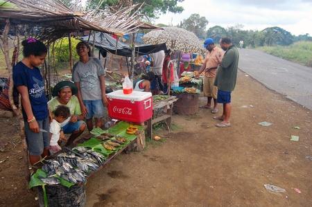 new guinea: Le persone sono saling frutta e vegitables sul mercato al bordo della strada in Papua Nuova Guinea Editoriali