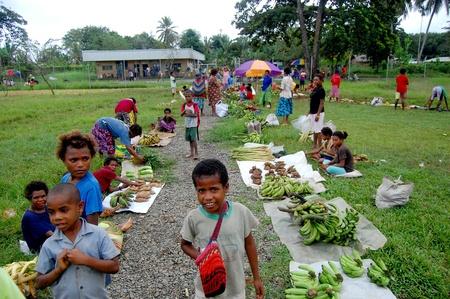 Nuova Guinea: Persone sul mercato al villaggio in Papua Nuova Guinea Editoriali