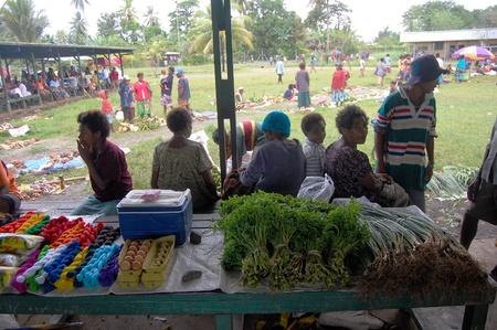 Nuova Guinea: Persone sul mercato del villaggio in Papua Nuova Guinea