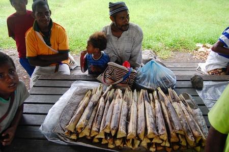 Nuova Guinea: Sago al mercato di villaggio in Papua Nuova Guinea