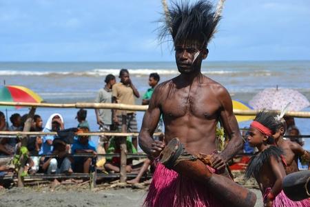 La danse traditionnelle f�te masque de Papouasie-Nouvelle-Guin�e, province du Golfe Banque d'images - 17586116