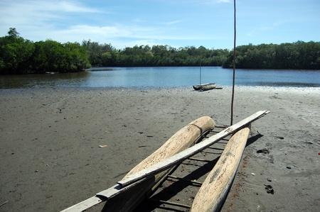 Nuova Guinea: Timber canoa sulla spiaggia di sabbia di fiume, Papua Nuova Guinea