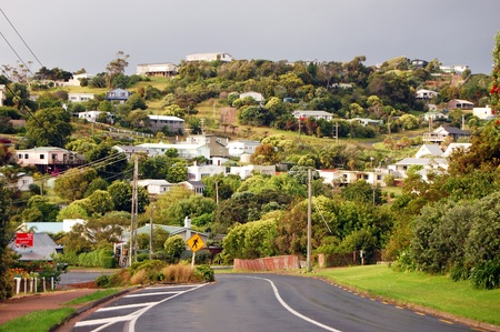 Town road hill view rural, Waiheke Island, New Zealand Standard-Bild