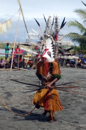 Nuova Guinea: Danza tribale tradizionale presso la maschera festa 7th Golfo Mask Festival, Toare Village, Provincia del Golfo, Papua Nuova Guinea il 19 GIUGNO 2011 Editoriali