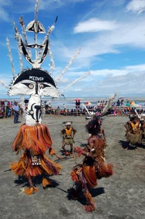 Nuova Guinea: Danza tribale tradizionale al festival maschera. 7th Golfo Mask Festival, Toare Village, Provincia del Golfo, Papua Nuova Guinea il 19 giugno 2011 Editoriali