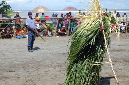 Nuova Guinea: Poliziotto con la pistola al festival maschera tradizionale, Papua Nuova Guinea Editoriali