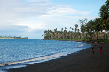 Nuova Guinea: La gente a piedi in spiaggia oceano, Papua Nuova Guinea