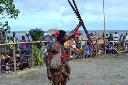 Nuova Guinea: Danza tribale tradizionale maschera festival.7th Golfo Mask Festival, Toare Village, Provincia del Golfo, Papua Nuova Guinea il 19 Giugno 2011